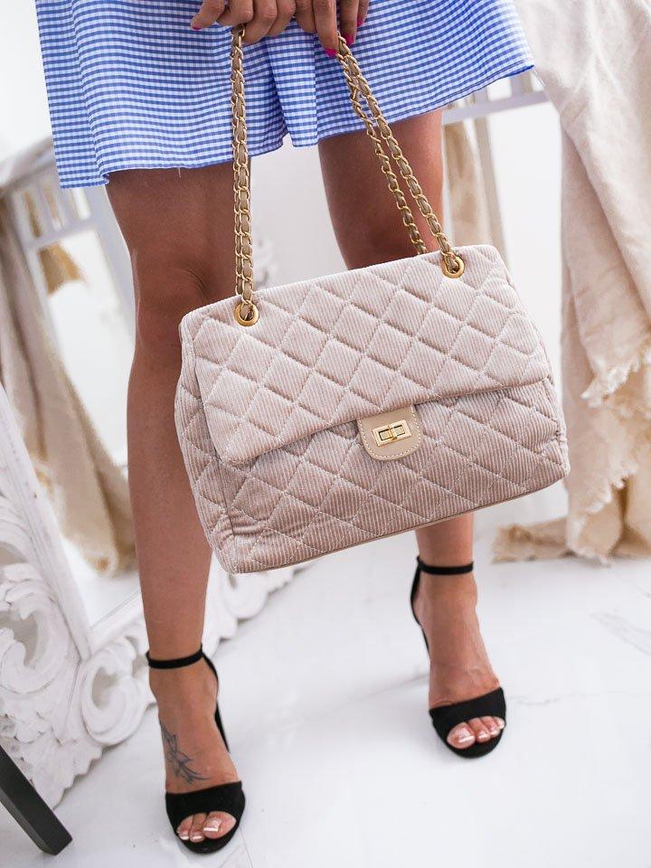 Béžová zamatová kabelka so zlatými prvkami