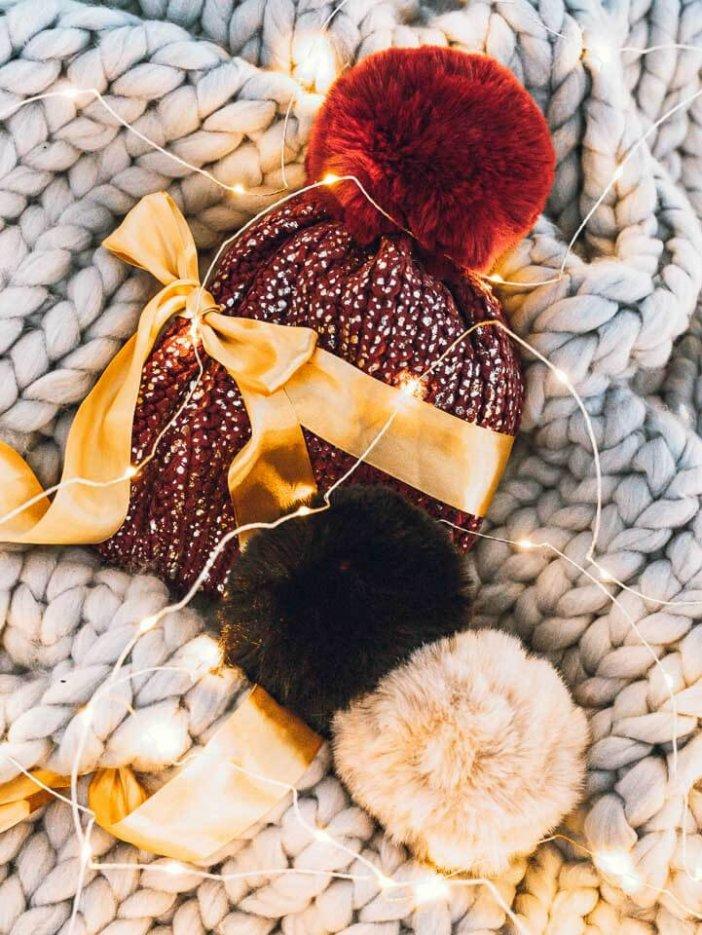 Bordová pletená čiapka so strieborným motívom - darčeková sada