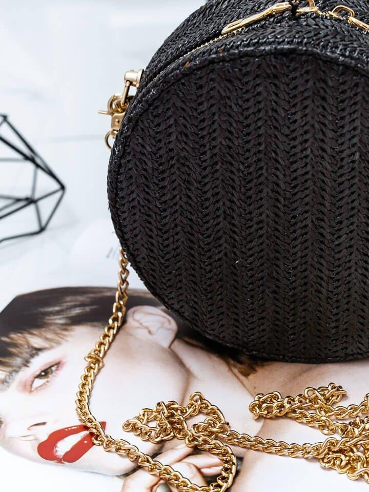 Čierna okrúhla straw kabelka so zlatými prvkami