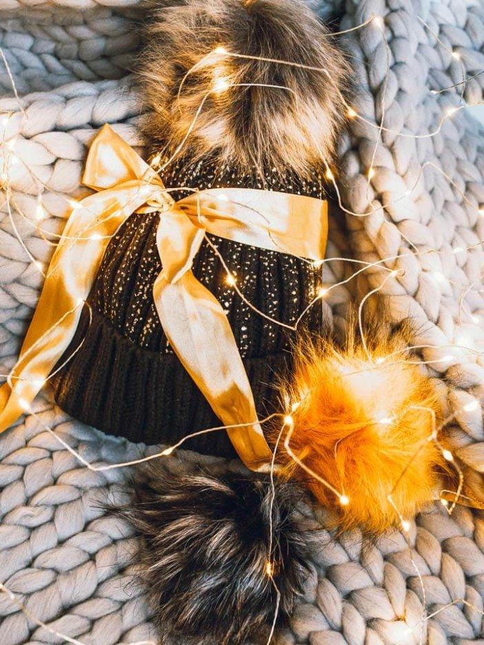 Čierna pletená čiapka so zlatým motívom - darčeková sada