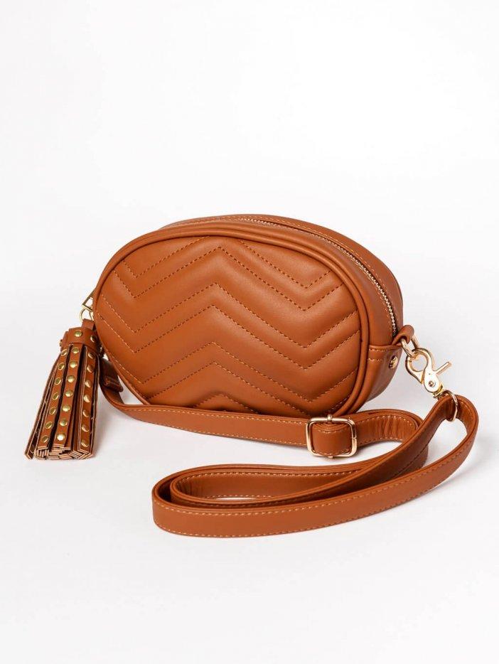 Hnedá kabelka s príveskom