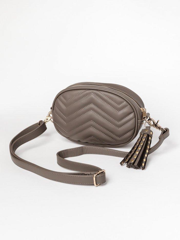 Sivo-hnedá kabelka s príveskom