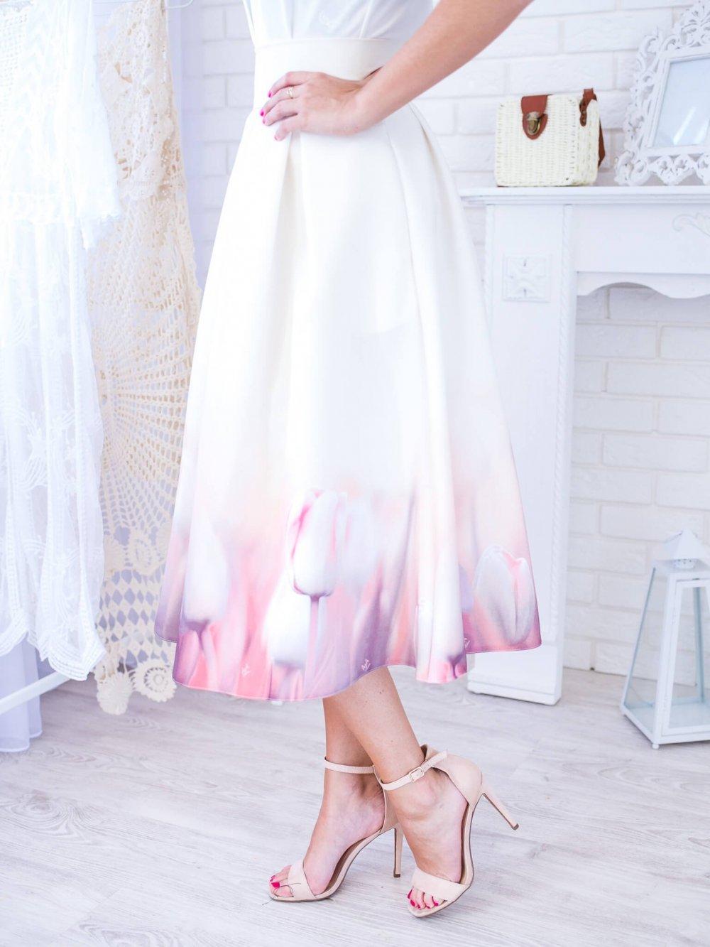 Biela midi elegantná sukňa s tulipánmi