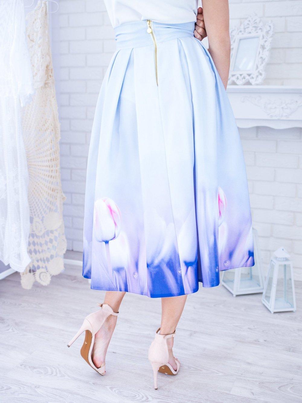 Bledomodrá midi elegantná sukňa s fialovými tulipánmi
