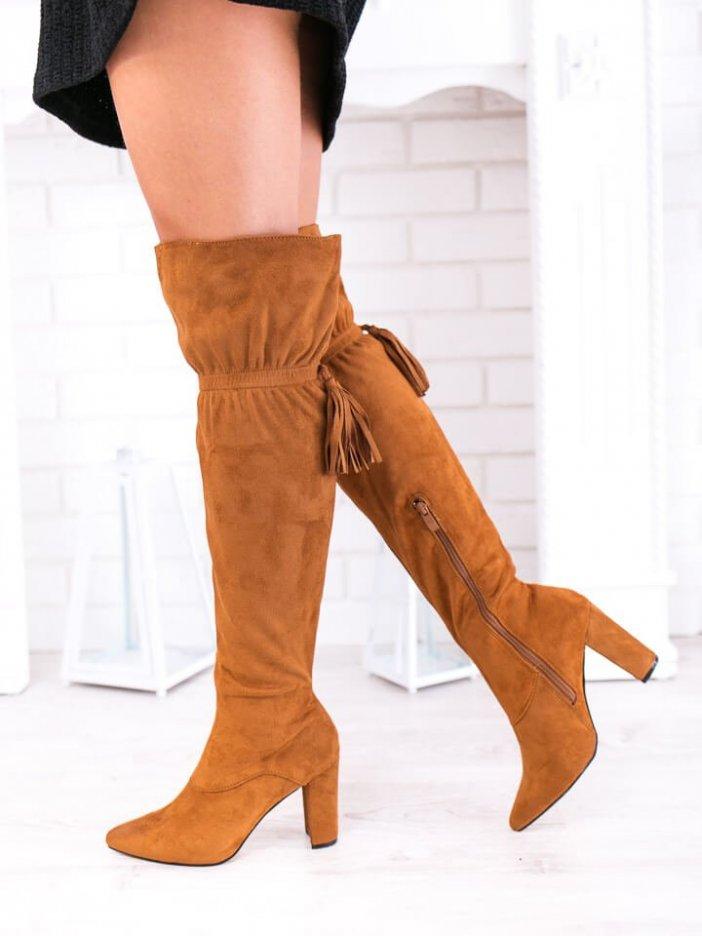Hnedé vysoké čižmy nad koleno so strapcami