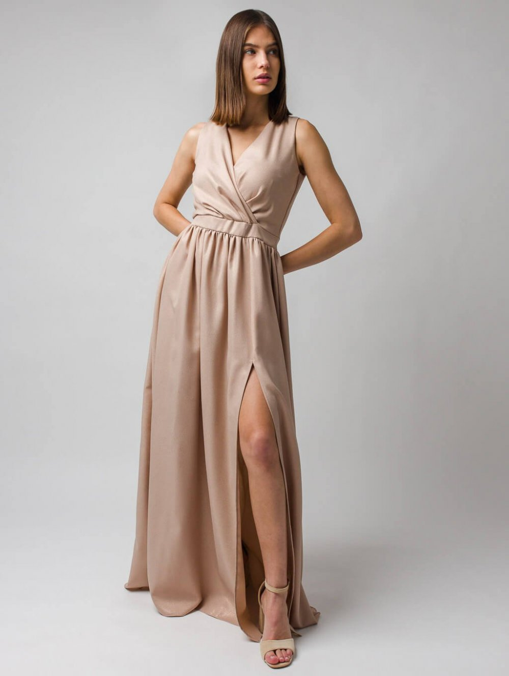 Béžové lesklé dlhé spoločenské šaty s rozparkom Livia