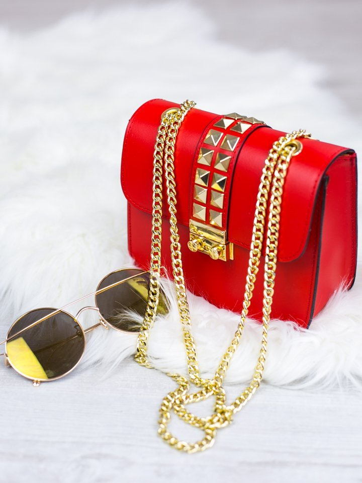 Červená kožená kabelka so zlatým vybíjaním