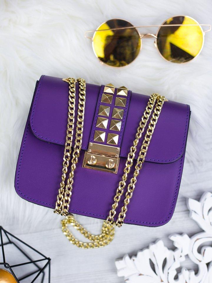 Fialová kožená kabelka so zlatým vybíjaním