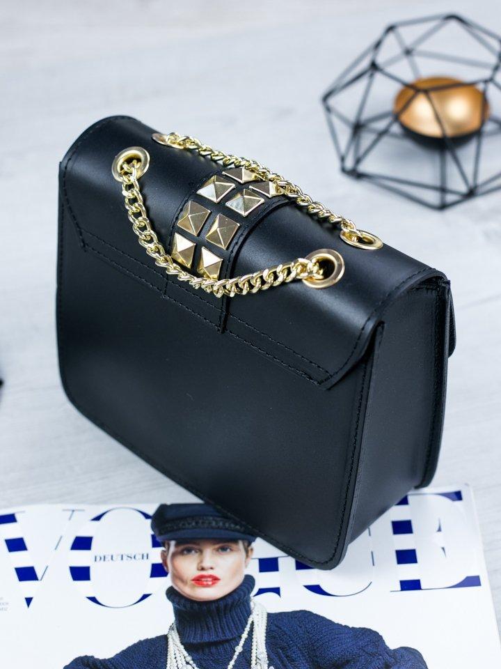 Čierna kožená kabelka so zlatým vybíjaním
