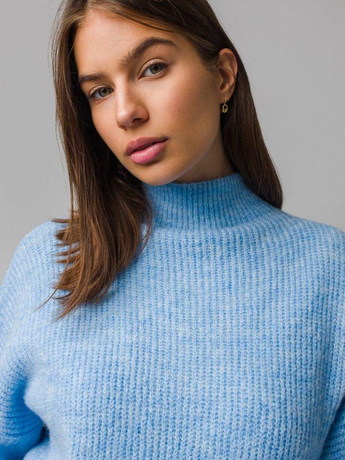 Modrý sveter Nesrin