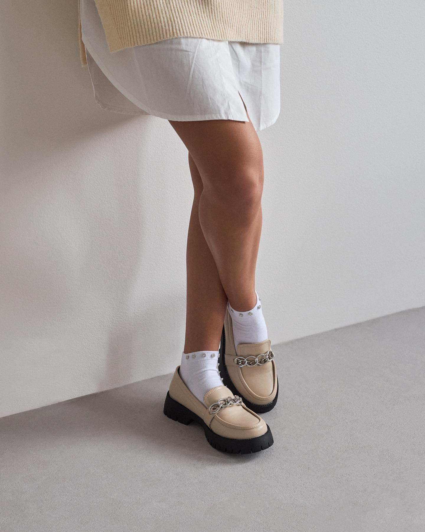 My sme trendu mokasín s ponožkami podľahli 😍 buď túto kombinaciu miluješ alebo nie 🙃 ak sme ulahodili aj tebe, tak sa poponáhľaj, pretože na eshope nájdeš už len posledné kusy týchto krások 🥰🙏🏻