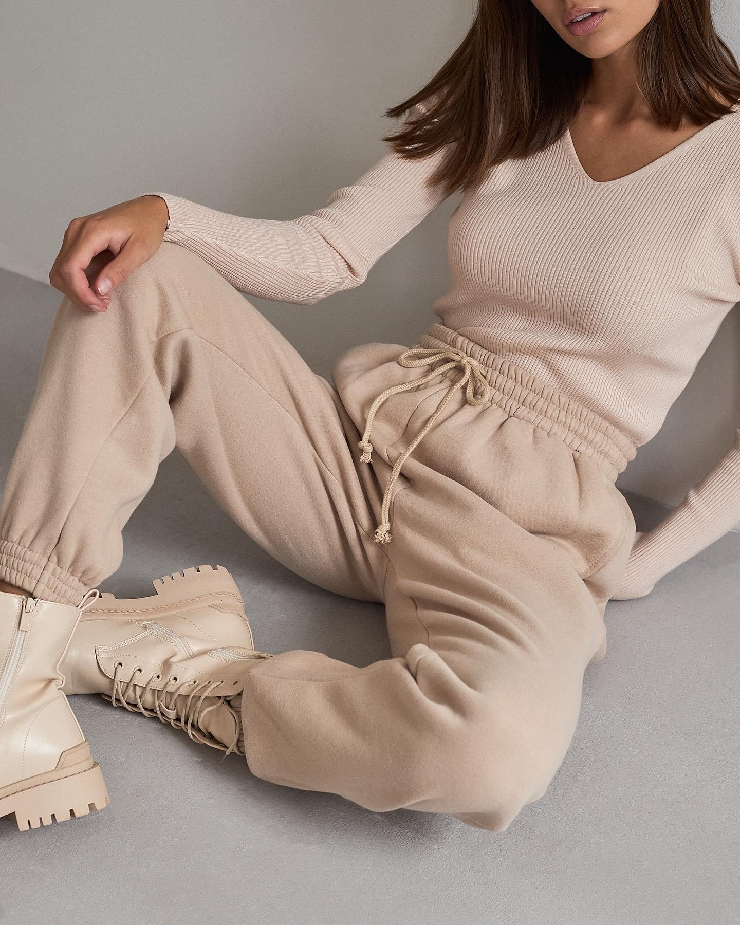 Tepláková móda je stále trendy a preto ti štylové tepláky nemôžu chýbať v šatníku 😉✌🏻 Tieto sú dokonca teplejšie, takže ich môžeš nosiť aj do chladnejšieho počasia 🥶