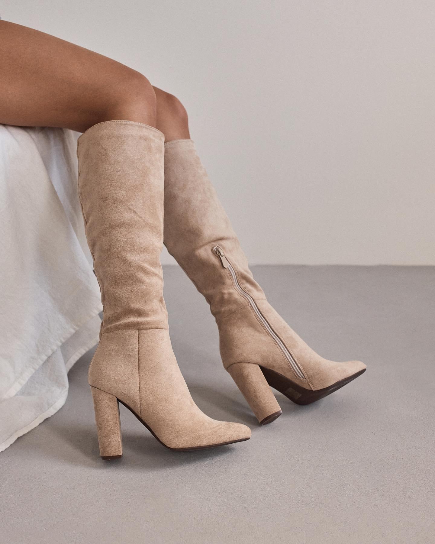 Ak ešte stále premýšlaš nad tým 🤷🏻♀️ akú obuv zaradiť do svojho zimného šatníka k elegantným outfitom, odporúčame ti naše čižmy Lima ❤️ Jemné štýlové čižmy, ktoré doplnia každý outfit a vieš ich kombinovať. Čo viac si priať. 😉