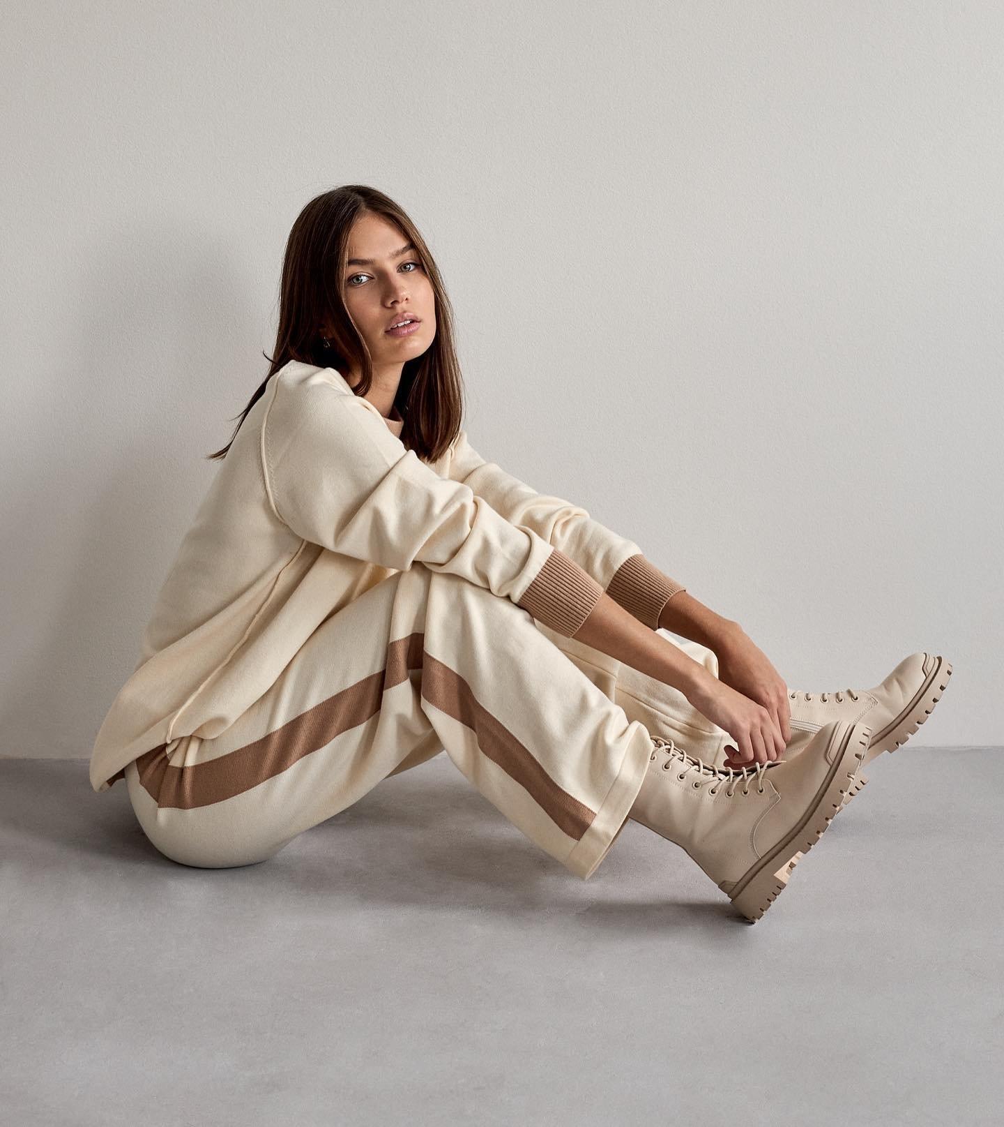 Pohodlie na prvom mieste? ❤️ Štýlové komplety nájdeš teraz v novinkách 🧶 A vieš čo je na kompletoch najlepšie 🤷🏼♀️ jednou kúpou získaš krásny sveter a pohodlné nohavice nielen na domáce nosenie. 😉