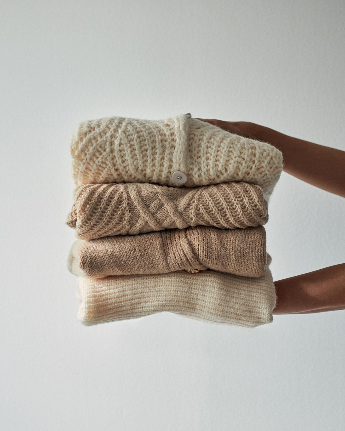 Tip ako prežiť chladné rána? Zabal sa s nami do bavlnky 🧶 ak hľadáš niečo hrejivé, v čom sa budeš cítiť pohodlne, svetre sú tou správnou voľbou! ❤️